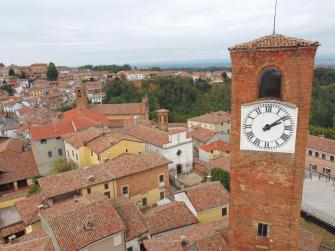 Torre di Mombaruzzo vista dall'alto con sfondo del paese