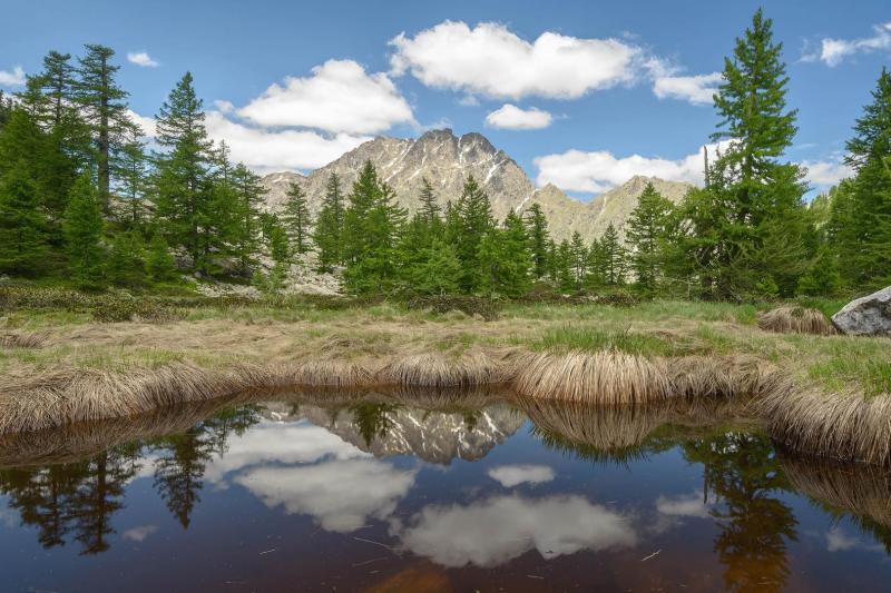 Il Monte Matto si specchia in uno dei laghetti nel pianoro