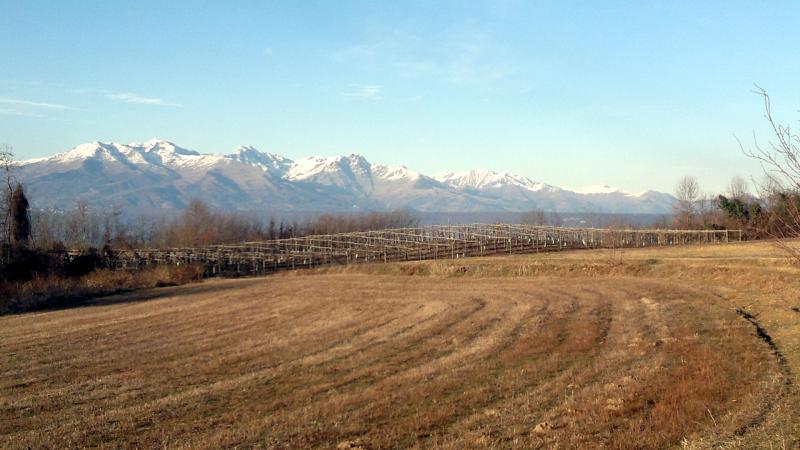 Panorama rurale con sullo sfondo la Serra di Ivrea e la Catena Alpina