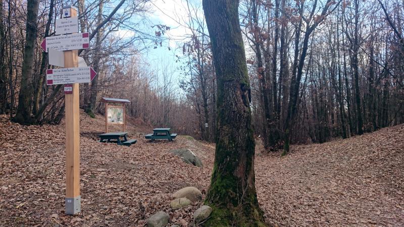 Segnaletica e area attrezzata lungo il Sentiero